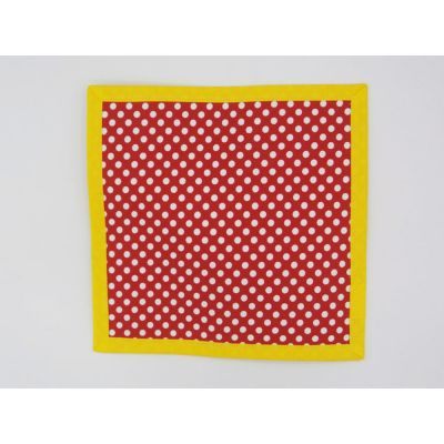 Blanco sobre rojo enmarcado en amarillo