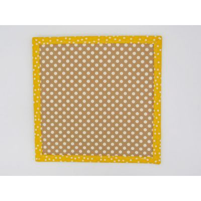 Blanco sobre fondo marrón enmarcado en amarillo