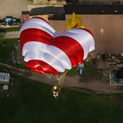 Revisión y plegado de paracaídas de emergencia dirigible tipo Rogallo