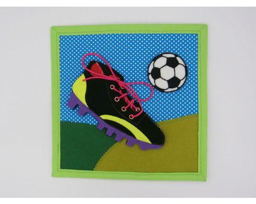 Ata las botas de futbol